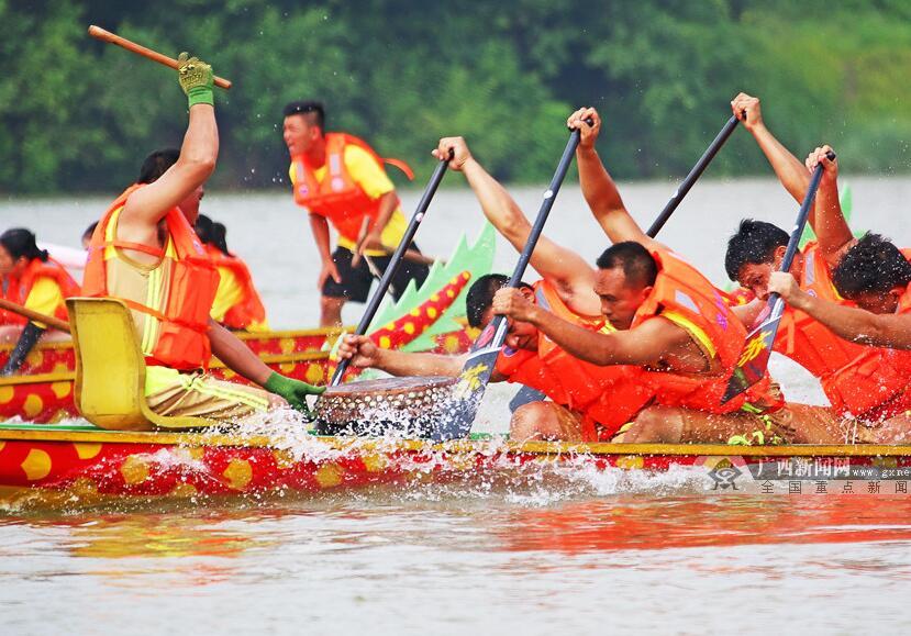 龙舟竞渡闹邕江 第14届中国—东盟国际龙舟赛举行