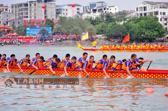 百色44支龙舟赛队飞桨竞渡右江河(图)