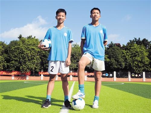 南宁足球小子任世界杯护旗手 小小身影释放大能量