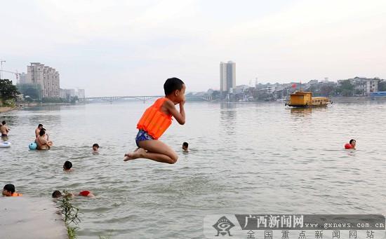广西柳州市民在融江戏水消暑 享受夏日清凉