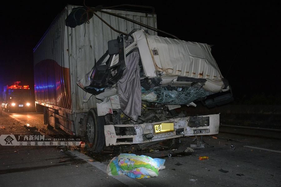 广昆高速岑溪段货车追尾致1人死亡