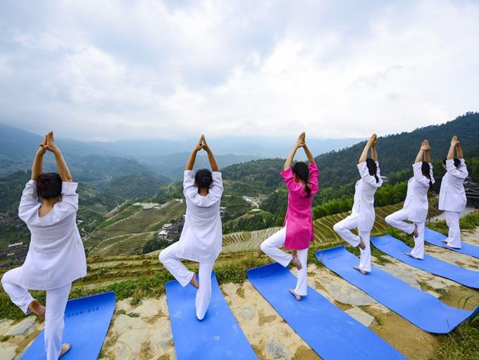 高清:瑜伽爱好者在龙脊梯田上秀瑜伽