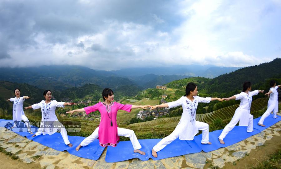 高清:国际瑜伽日 瑜伽爱好者在龙脊梯田上秀瑜伽