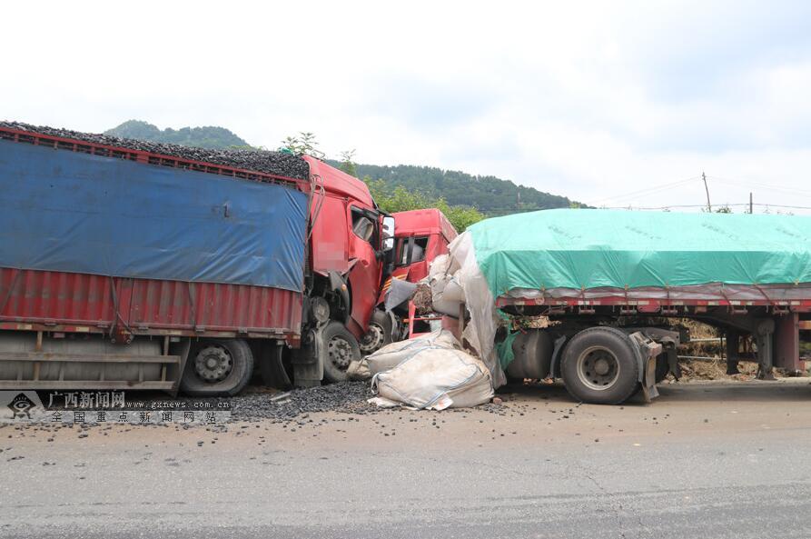 高清:百色平果县两辆大货车迎面相撞致两人受伤