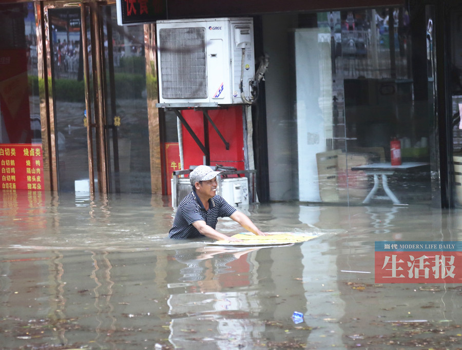 """6月23日焦点图:一场暴雨让南宁开启""""看海模式"""""""
