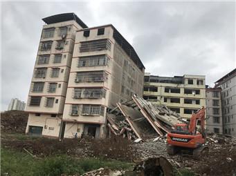 6月24日焦点图:居民楼被拆迁房砸穿 住户损失无人理会