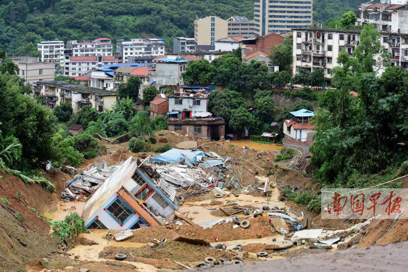 田林:20栋房屋倒塌或被埋 有关部门抢修塌方路段