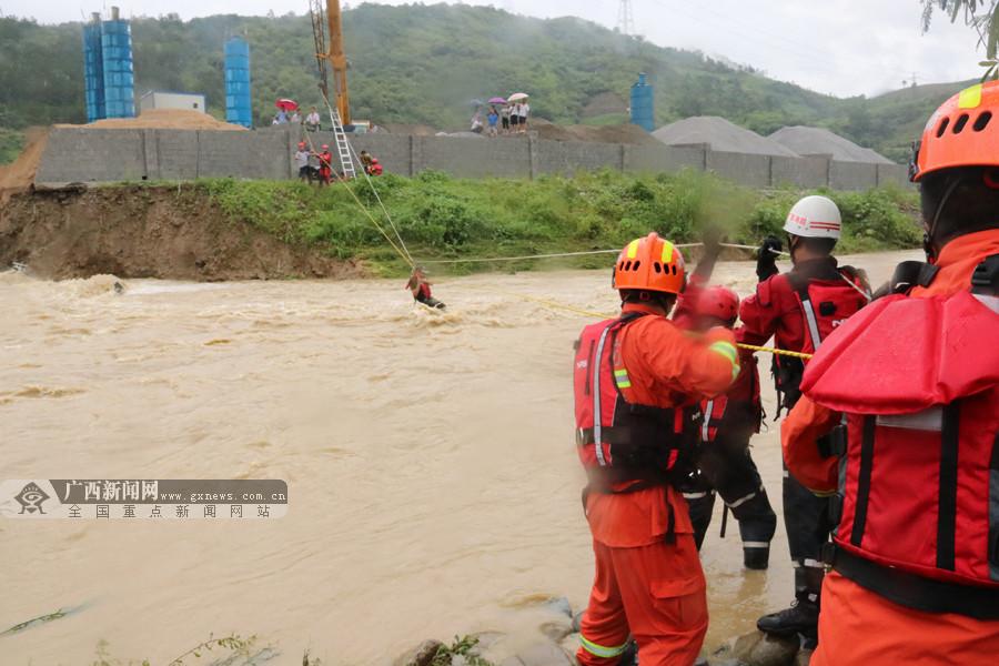 """田林19名工人被洪水围困""""孤岛"""" 消防紧急救援(图)"""