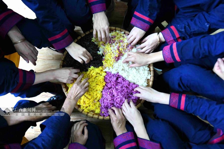 飘香四溢 环江毛南族群众制作五色糯米饭欢度佳节