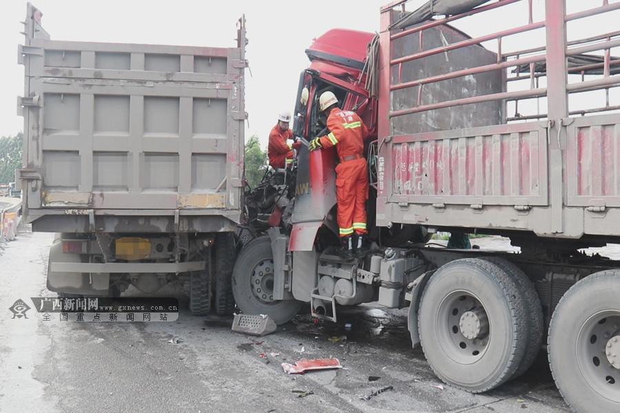 贵港两车行驶中追尾 消防破窗营救被困伤员(组图)