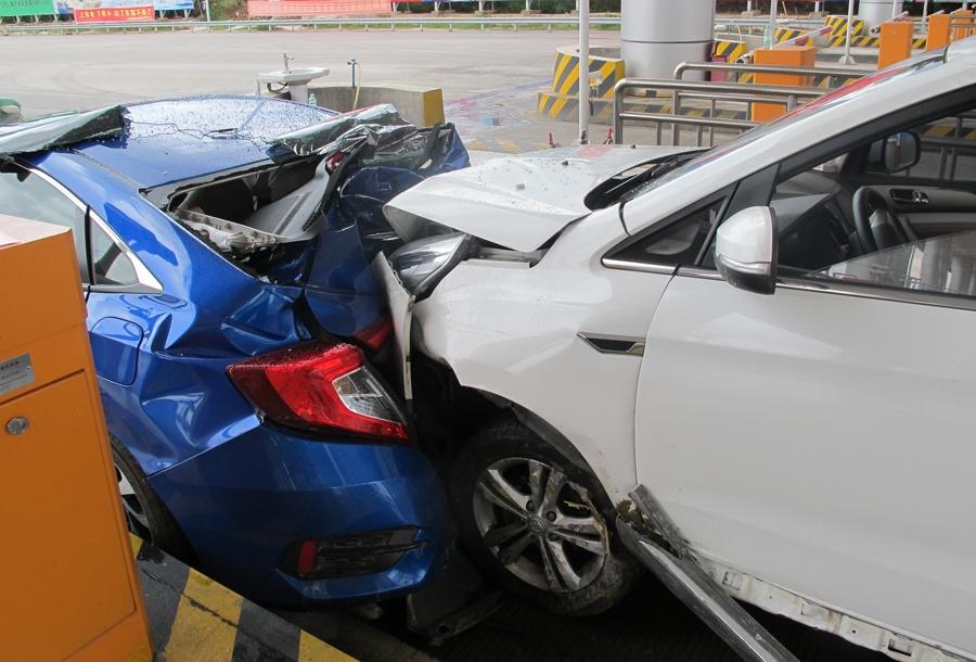司机操作不当引发高速收费站内三车追尾致3人受伤