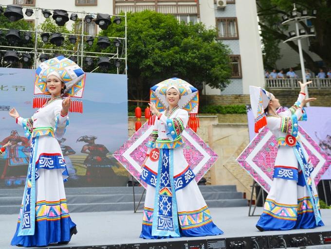 高清:少数民族同胞欢庆龙胜龙脊梯田文化节