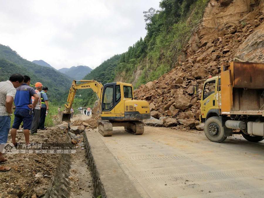 天峨境内一公路塌方 公路部门开展施工抢修(图)
