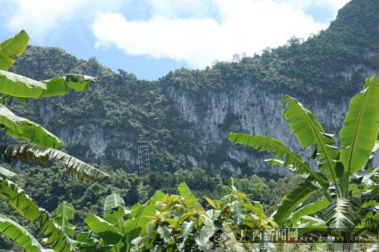 """588界碑:悬崖绝壁上造""""天梯"""" 这条巡碑路三面悬空"""