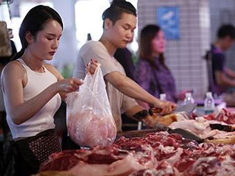 7月1日焦点图:气质身材赛模特 美女卖猪肉成网红