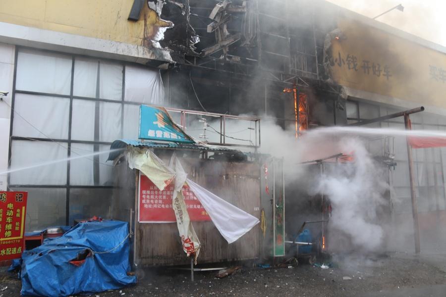 百色拉域三组一铁皮棚起火 燃烧物为棚内杂物(图)