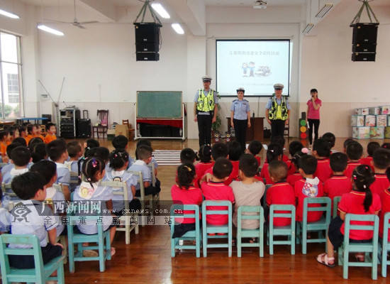 """广西高速交警走进幼儿园 为孩子送""""交通安全""""礼包"""