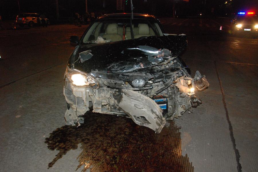 钦州两辆小车凌晨在路口迎面相撞 殃及红绿灯(图)