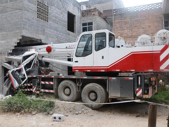 高清:工程吊车冲撞民房撞穿楼房墙体 司机遇难