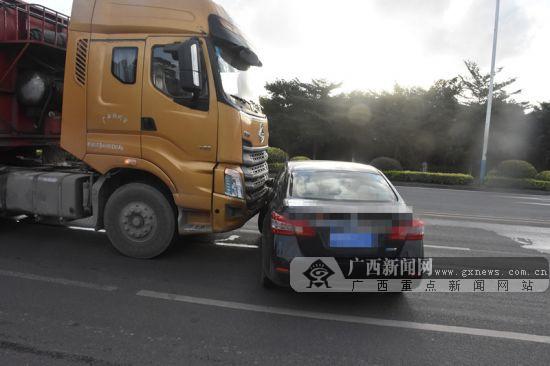 大货车变道撞上小轿车 小车遭大车推行数米(图)