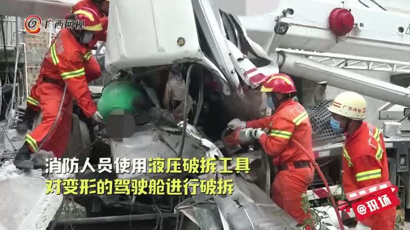 百色平果:工程吊车冲撞民房 司机不幸身亡
