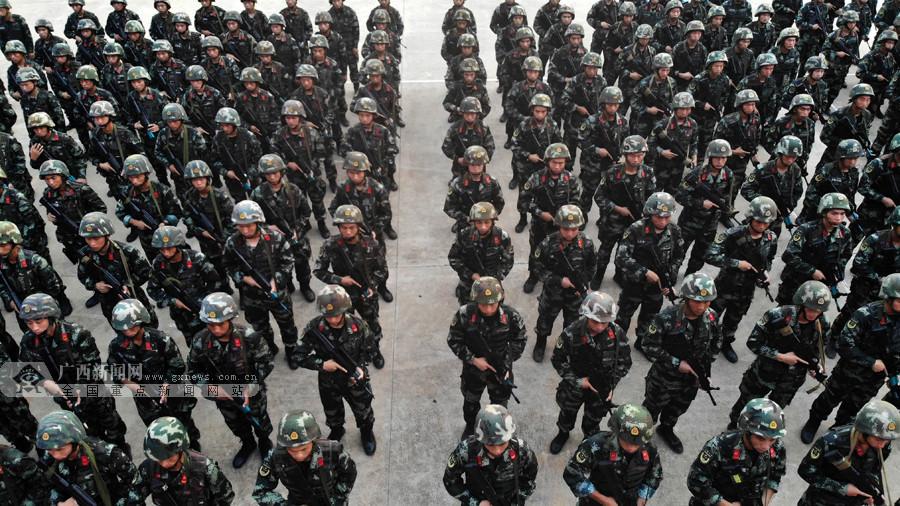 """广西:武警侦察兵迎来""""毕业大考""""(组图)"""