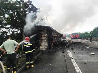 """""""棉被""""货车追尾""""钢筋""""货车起大火 一司机不幸身亡"""