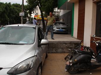 柳州:轿车失控冲向快餐店 驾车男子死亡(图)