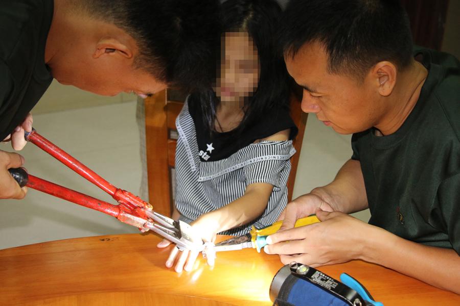 8岁女孩玩锁扣圈套住手指 消防员2分钟解围(组图)