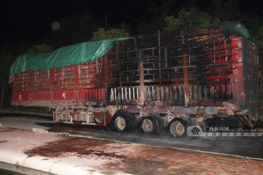 高清:一辆载40吨木材的运输车途中突起大火