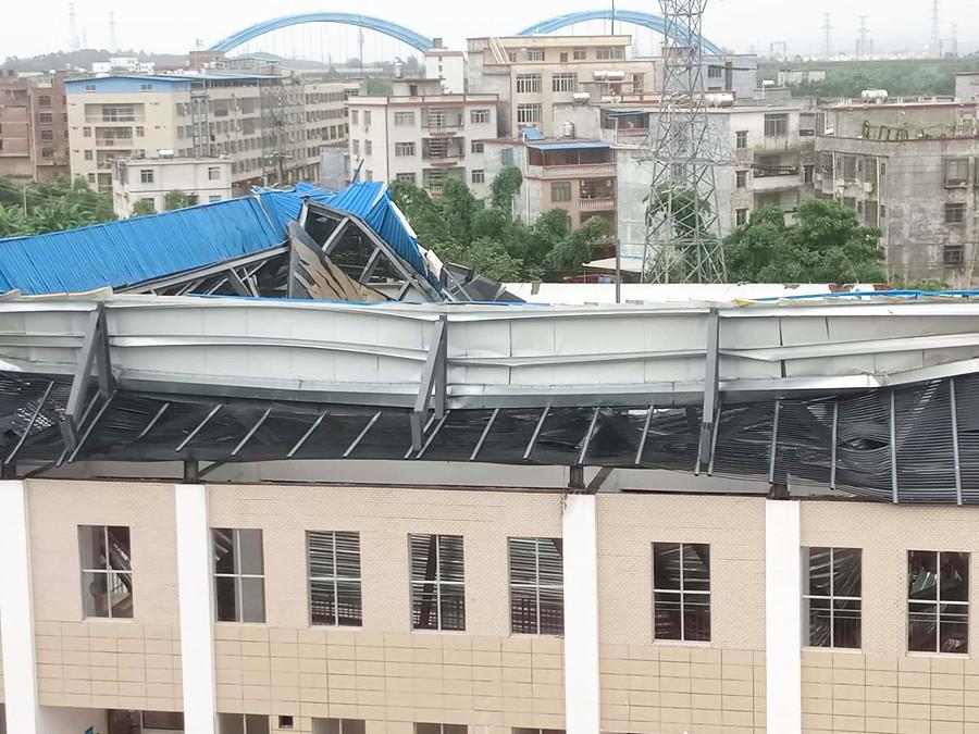 7月10日焦点图:钦州一小学球馆顶棚突然发生坠落