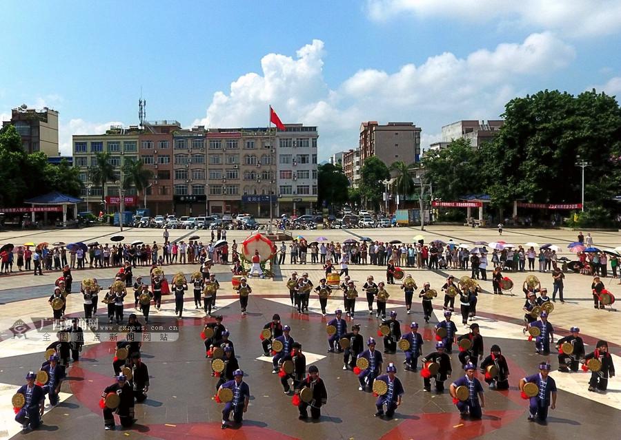 高清组图:广西都安群众欢度祝著节