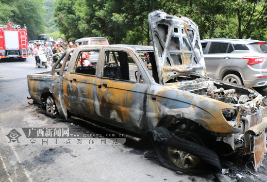 南丹一辆皮卡车行驶中突然起火 车被烧成空壳(图)