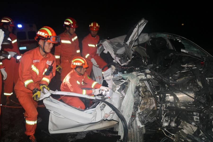 7月16日焦点图:贺州一小车追尾货车 四人不幸遇难