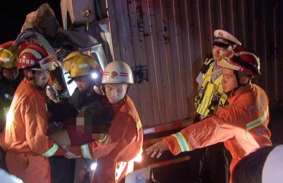 兰海高速上两车追尾 两名被困人员获救(组图)