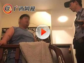 """300斤重男孩要跳楼 因不愿陪父亲""""吃鸡""""被打"""