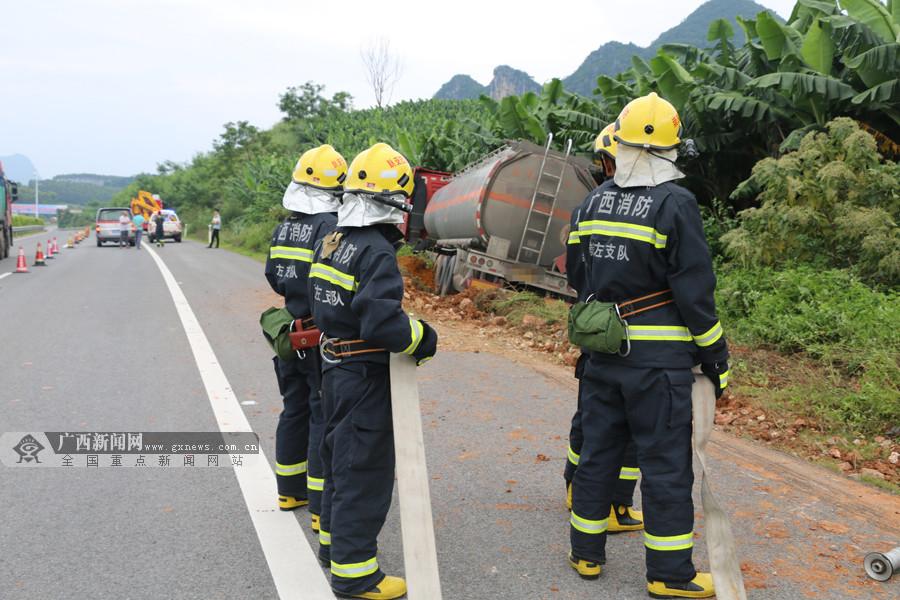 高清:装载33吨航空煤油槽罐车冲出高速路