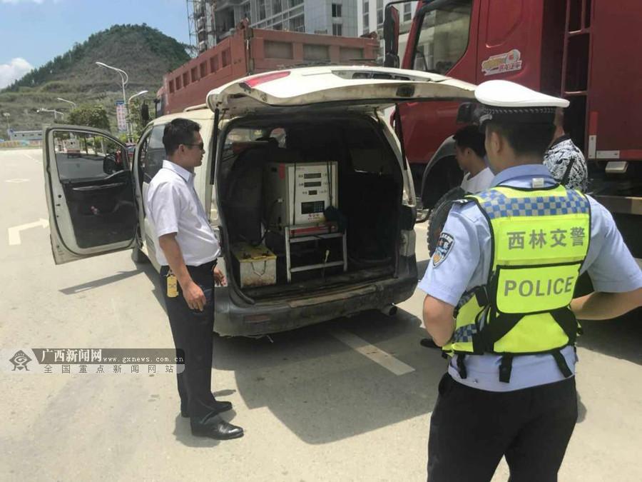 """面包车改装成非法""""加油车"""" 警方排除""""移动炸弹"""""""