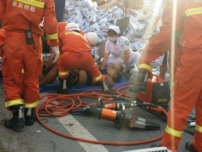 司机操作不当 半挂车撞护栏侧翻致两人受伤(组图)