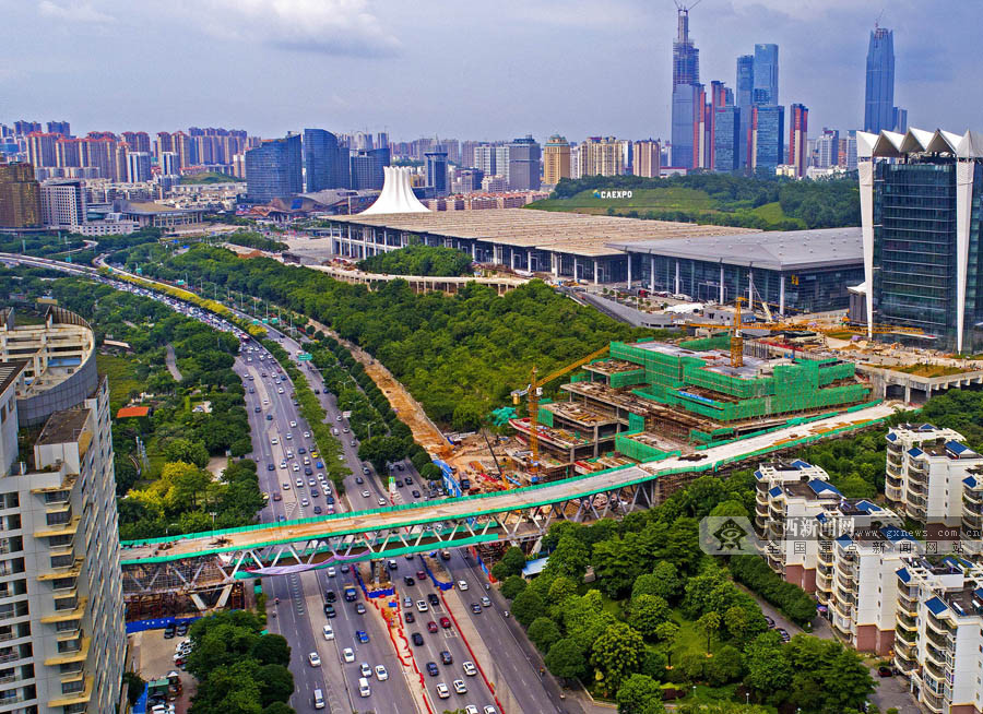 7月20日焦点图:南宁国际会展中心跨线桥预计8月30日通车
