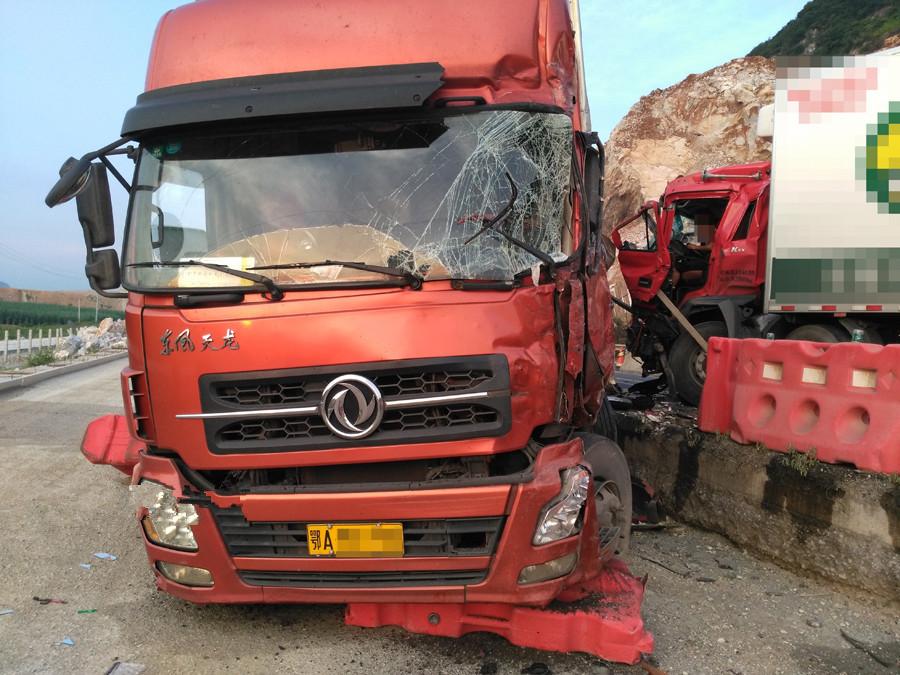 兩貨車相撞 致泉南高速柳州往南寧方向交通中斷!