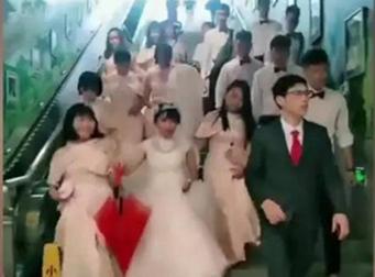 火了!南宁这对新人带领14名伴郎伴娘上演地铁接亲