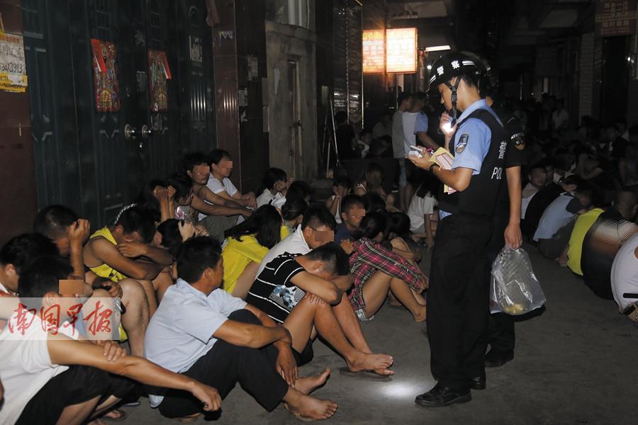 7月21日焦点图:手机pt电子技巧警方夜查苏卢村刑拘百余人