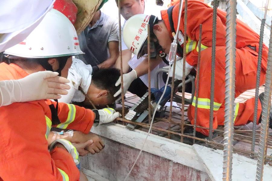 工人高空作业不慎坠落 身体多部位被钢筋刺穿(图)