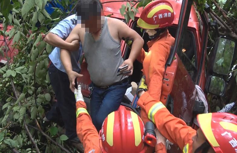 雨天路滑货车失控冲下40米悬崖 被困司机获救(图)