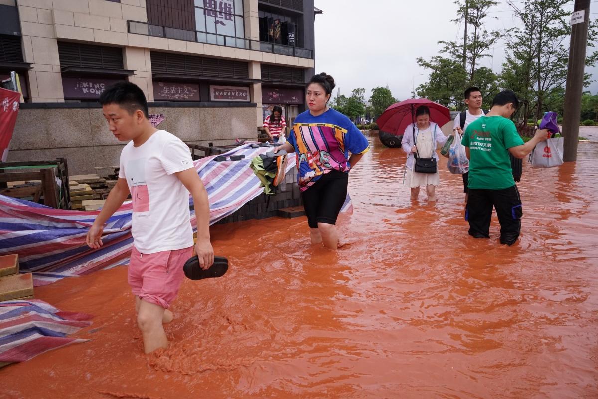"""7月25日焦点图:强降雨集中""""轰炸""""""""红水满街"""""""