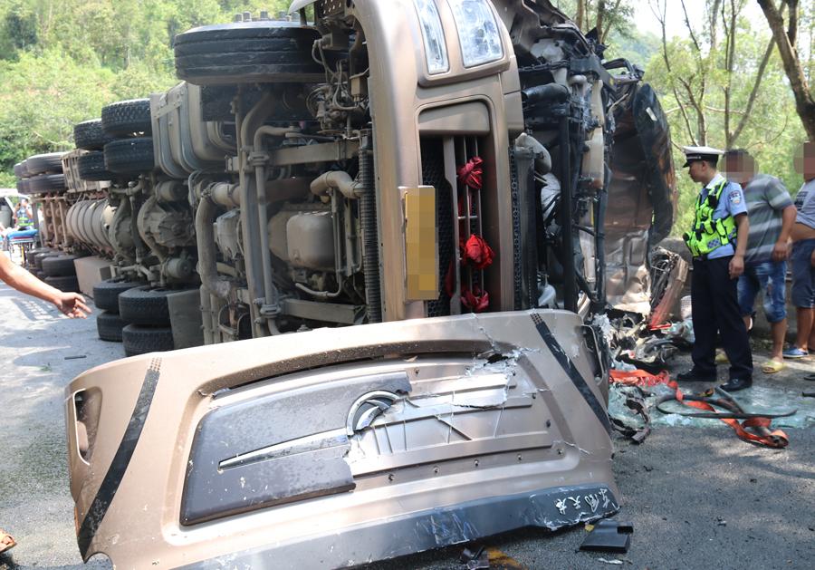 西林两辆大货车迎面相撞 一人受伤后获救(组图)