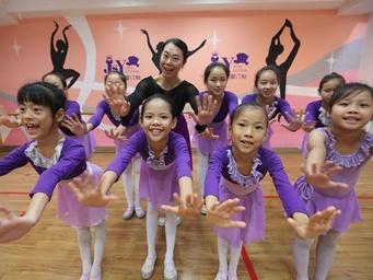 文艺兵退伍教舞蹈 用舞蹈诠释柔美的背后是坚强