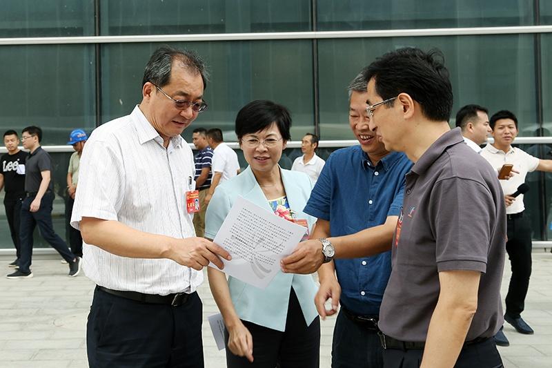 自治区人大常委会组织视察部分自治区成立60周年大庆 重大惠民项目建设情况