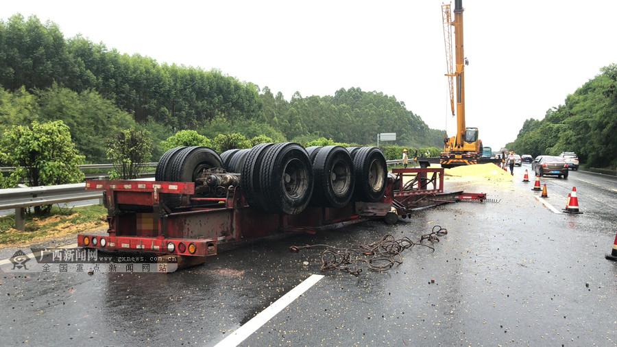 货车在高速路失控侧翻 奔驰越野车又撞上来(组图)